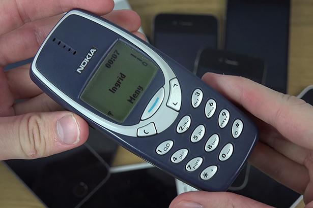 Легендарный телефон — Nokia 3310 проверили на гибкость