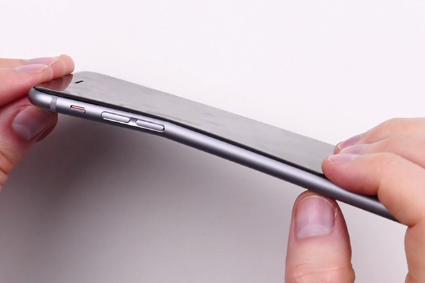 iPhone 6 Plus с легкостью погнули руками и записали процесс на видео