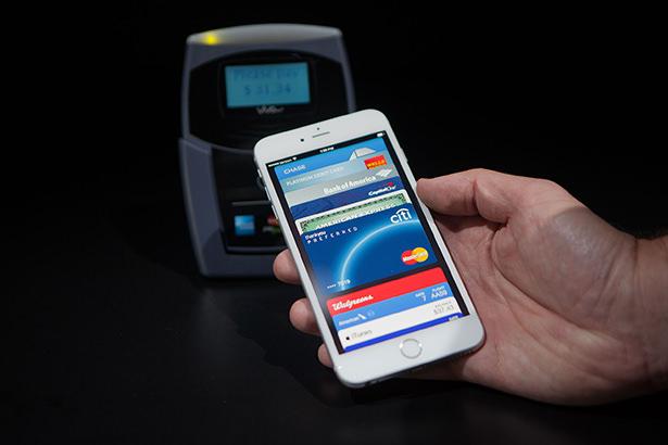 Сервис мобильных платежей Apple Pay начнет работать с 18 октября