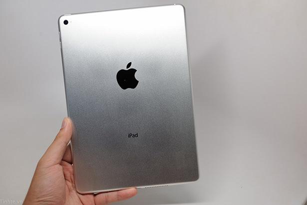 Буквально несколько часов назад, стало известно, как именно будет выглядеть iPad Air 2, который представят официально до конца этого месяца. Вьетнамский ресурс Tinhte опубликовал снимки будущего планшета Apple. Как и ожидало, устройство лишилось рычажка переключения режима звука и стало немного тоньше.