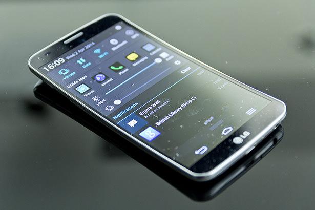 LG занимается разработкой смартфона G Flex 2, который станет компактнее первой версии