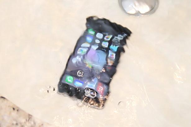 Что делать, если телефон или планшет попал в воду?