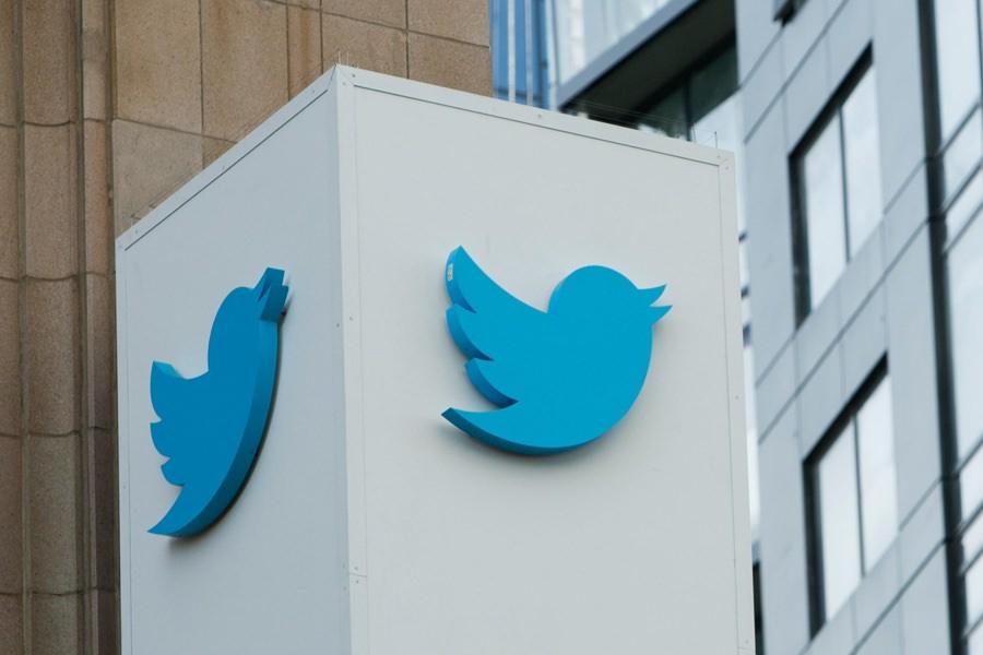 Соцсеть Twitter увольняет более 300 сотрудников