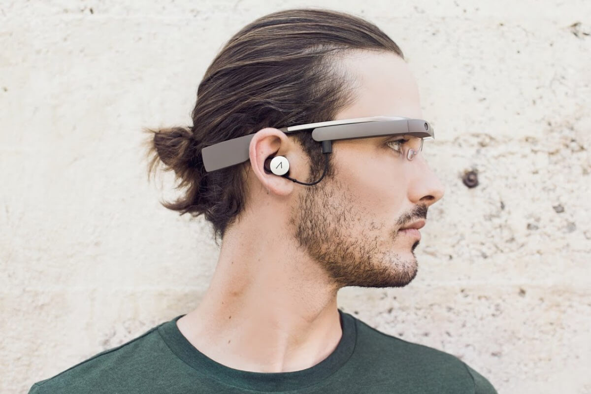 В сети появились фотографии нового поколения смарт-очков Google Glass