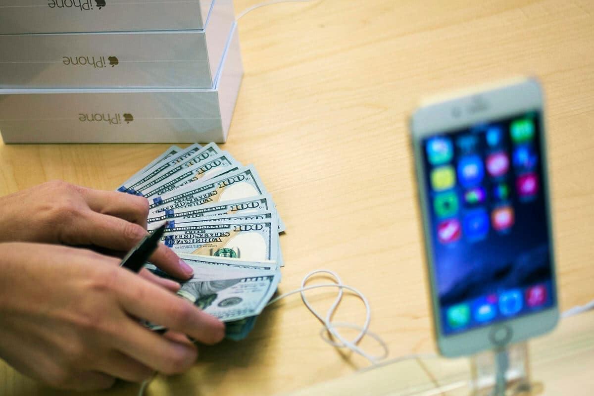 Россияне скупают iPhone в преддверии повышения цен