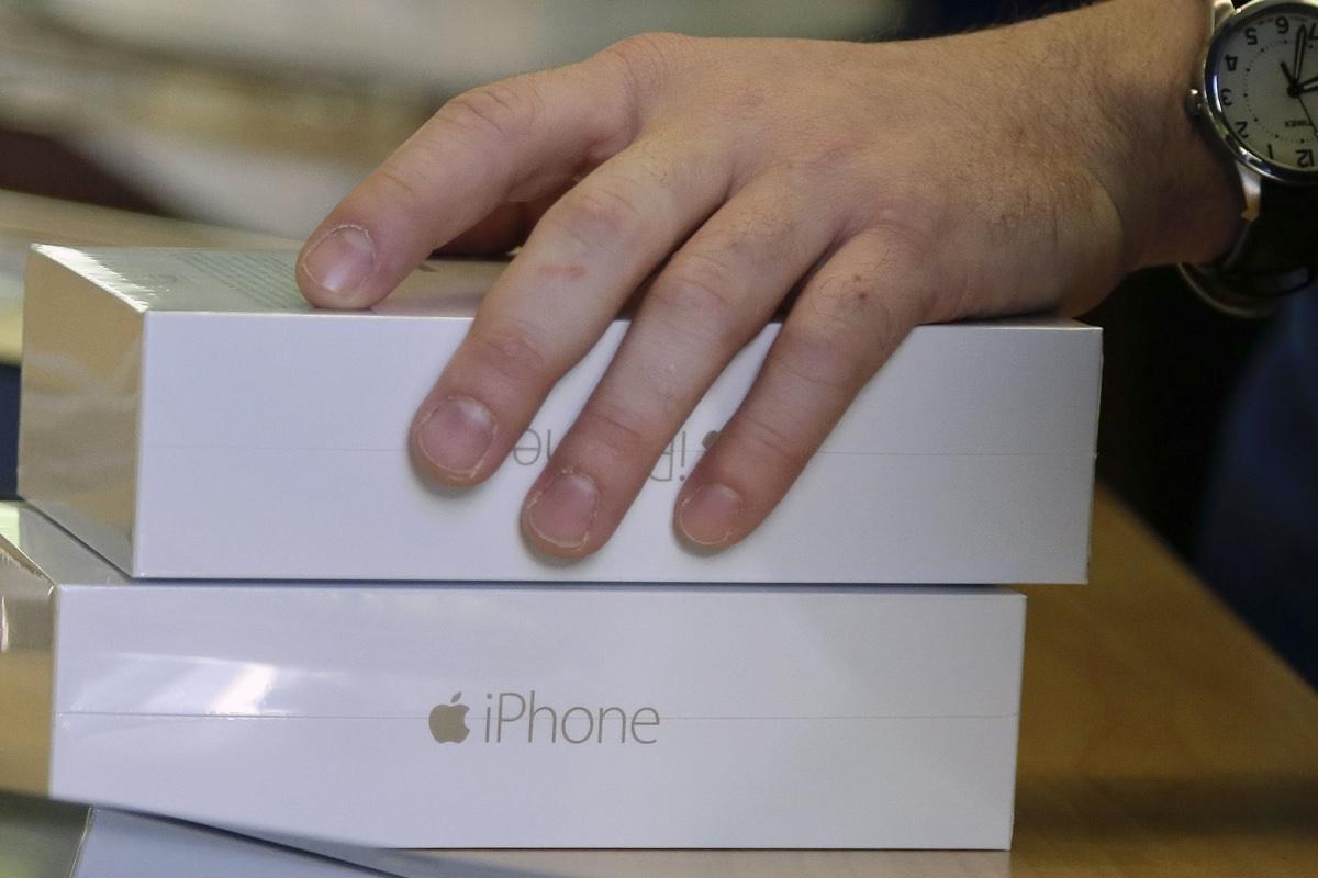 Продажи iPhone упали в четвертом квартале 2015 года
