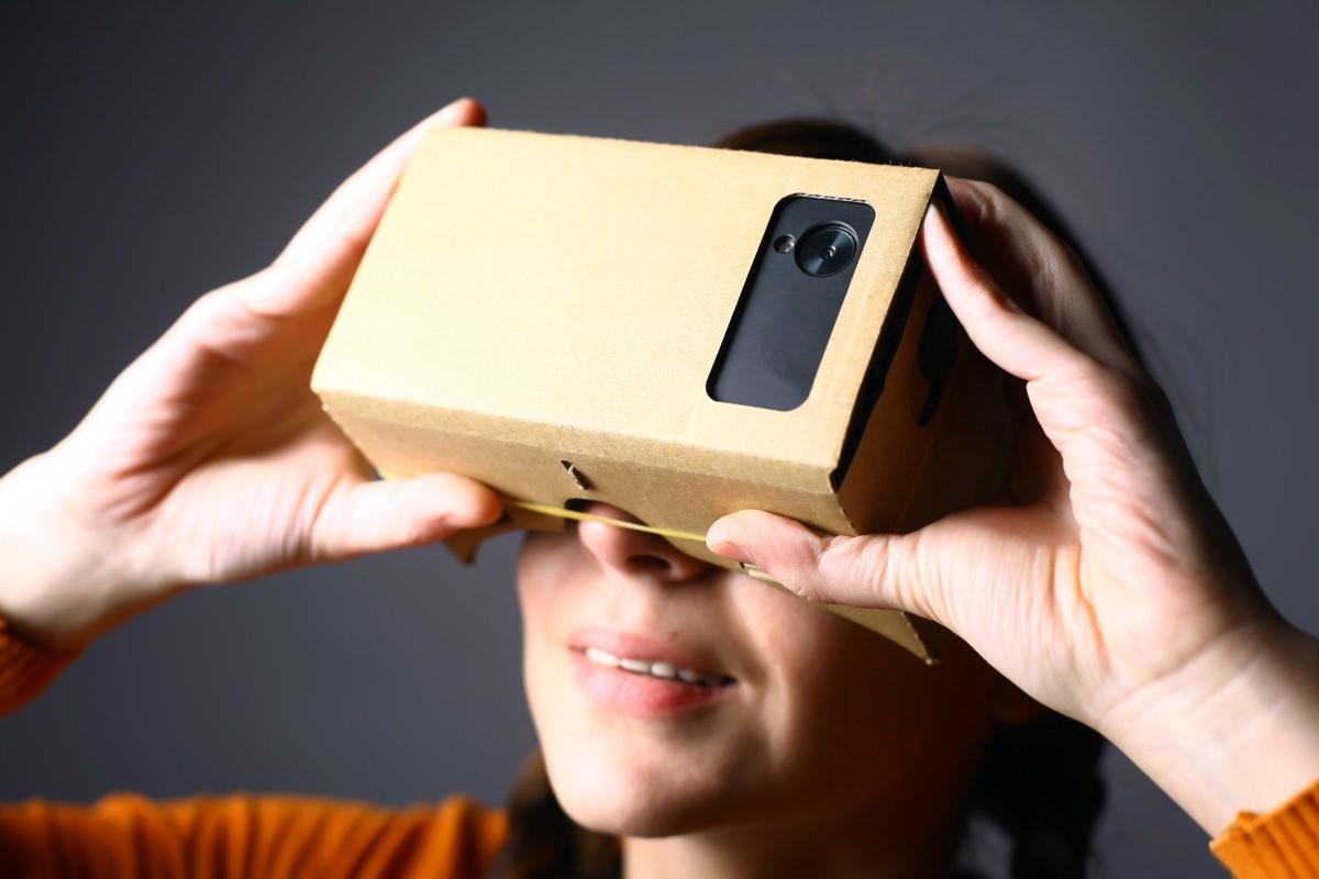 Google создает пластиковый шлем виртуальной реальности Cardboard