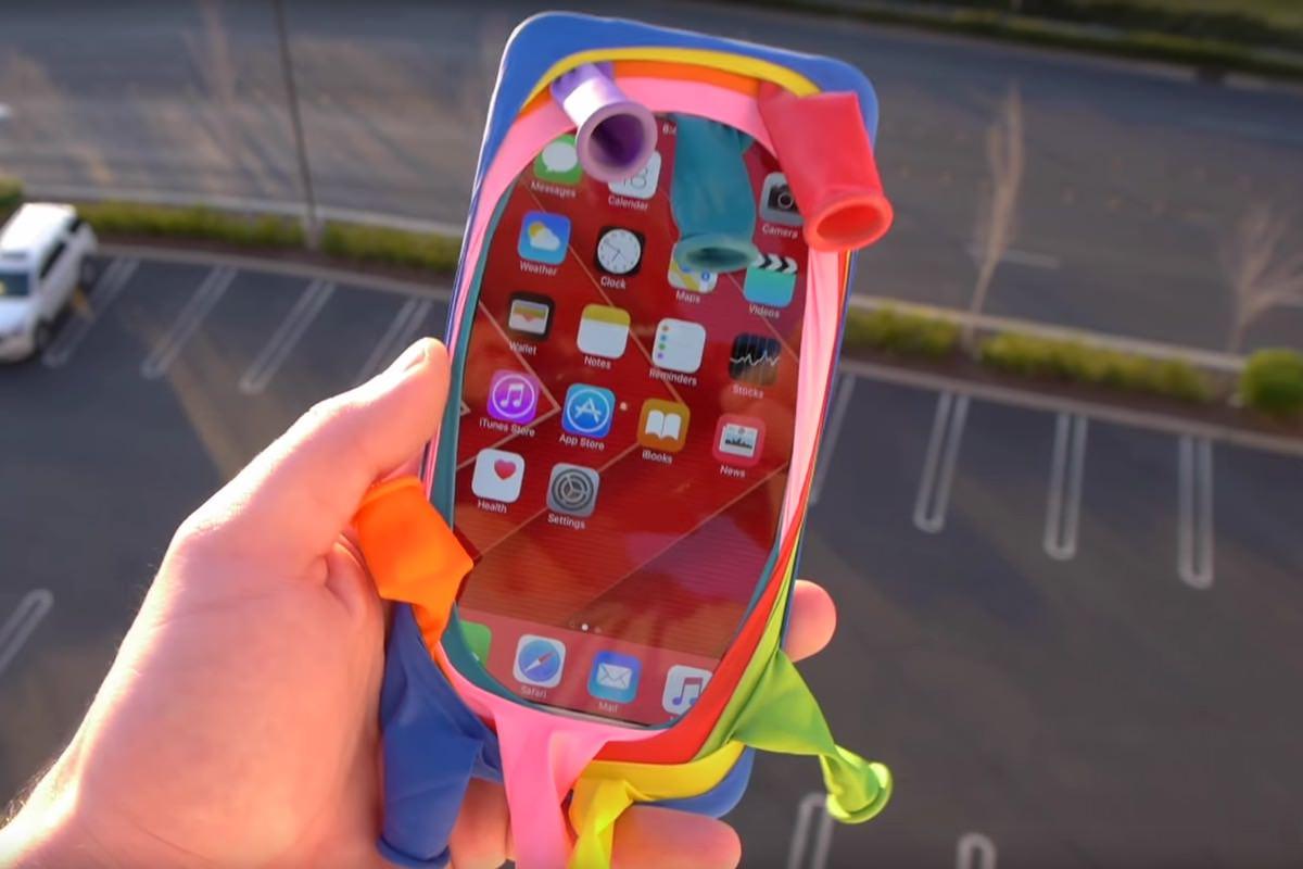 На iPhone 6s надели воздушные шарики и сбросили с крыши здания