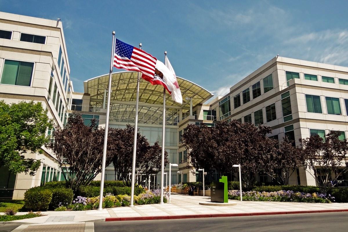 Apple увольняет сотни своих сотрудников