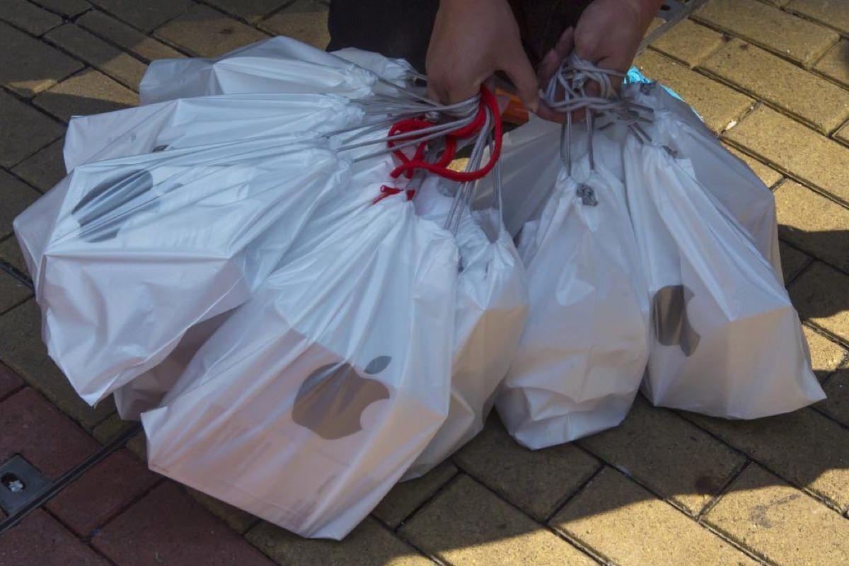 Магазины Apple Store начали использовать бумажные пакеты