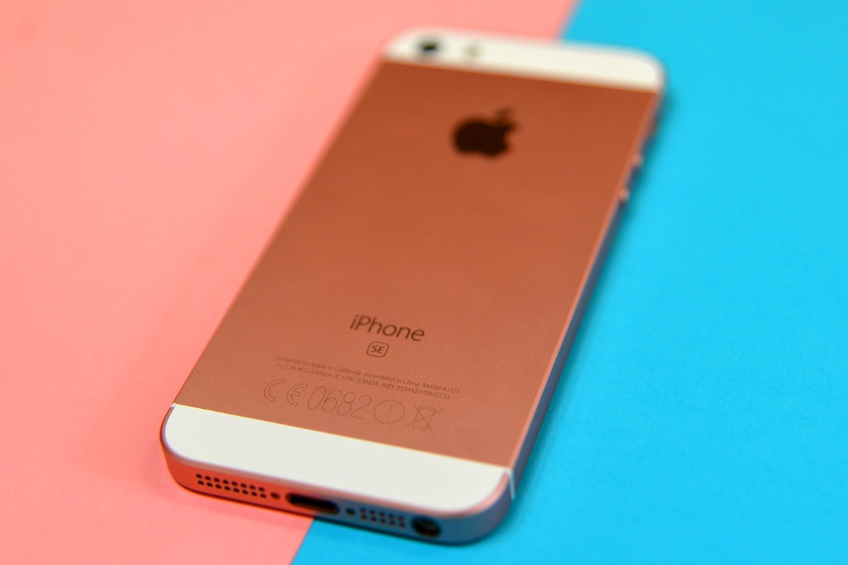 «Серые» iPhone SE в России всего на 4 000 рублей дешевле РСТ
