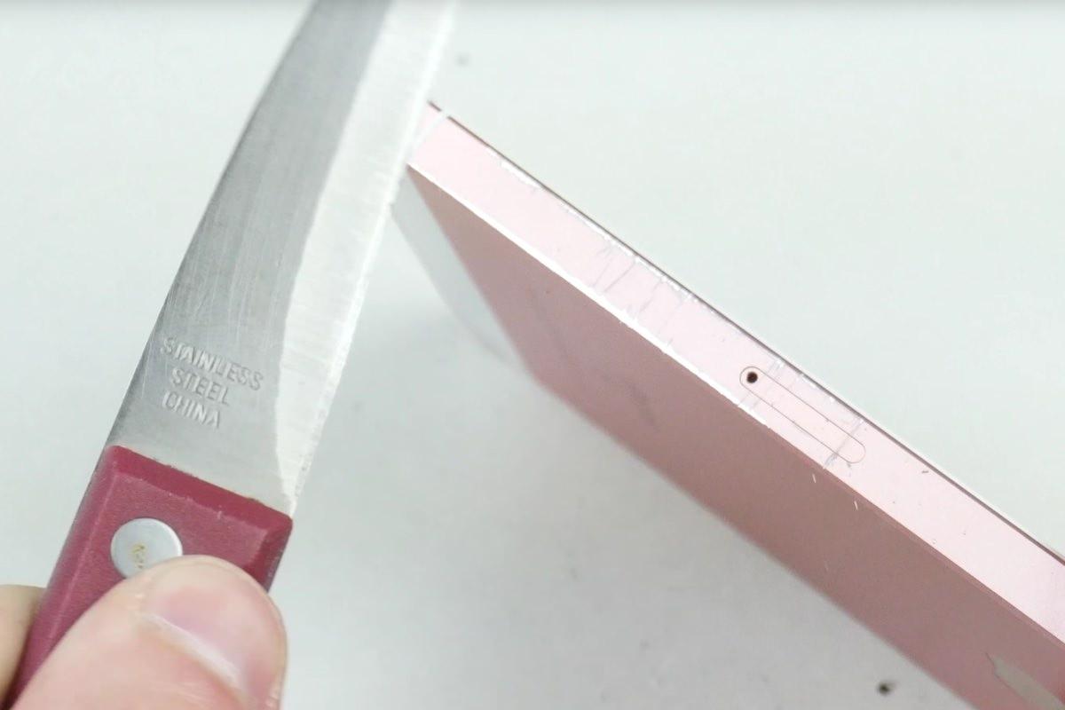 iPhone SE проверили на прочность с помощью ножа и молота