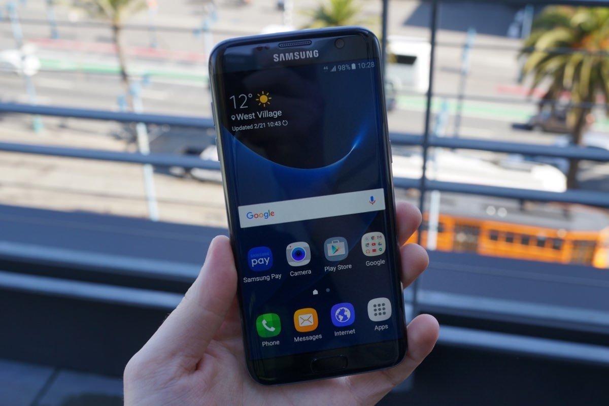 Владельцы Samsung Galaxy S7 жалуются на царапающийся сканер отпечатков пальцев