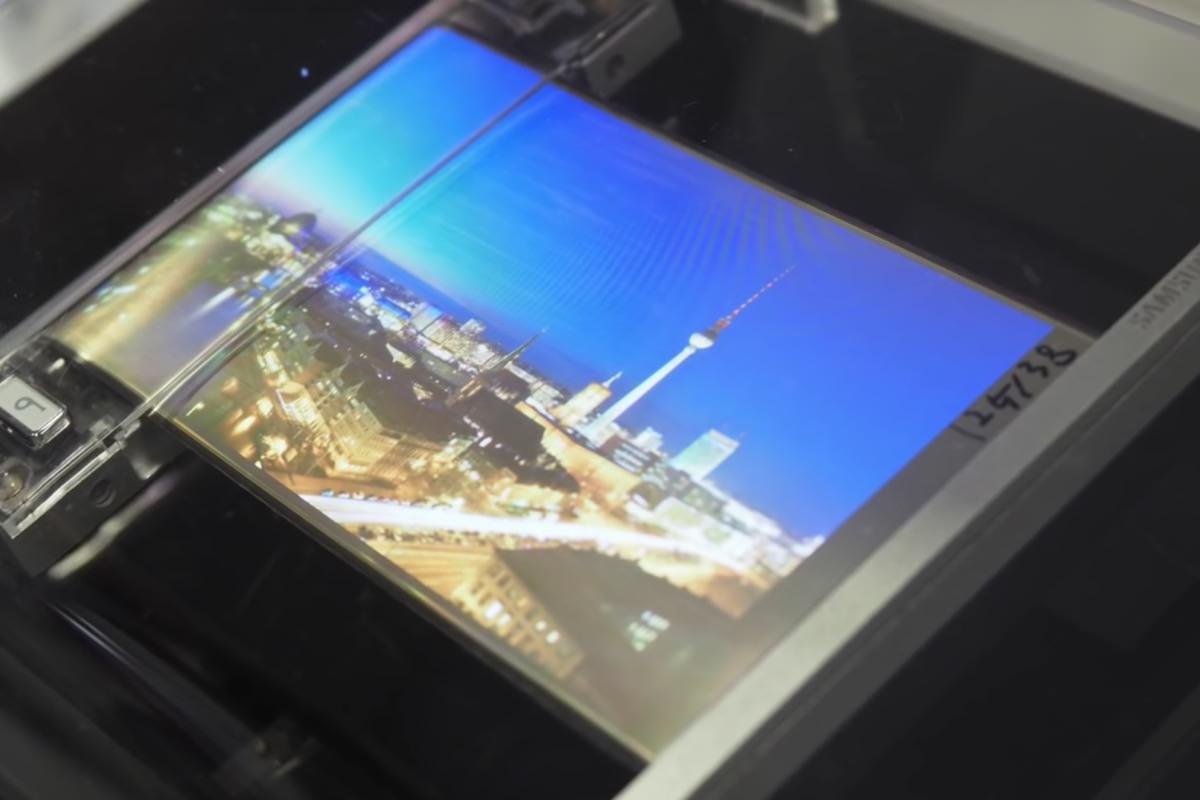Samsung показала скручивающийся в трубочку OLED-дисплей