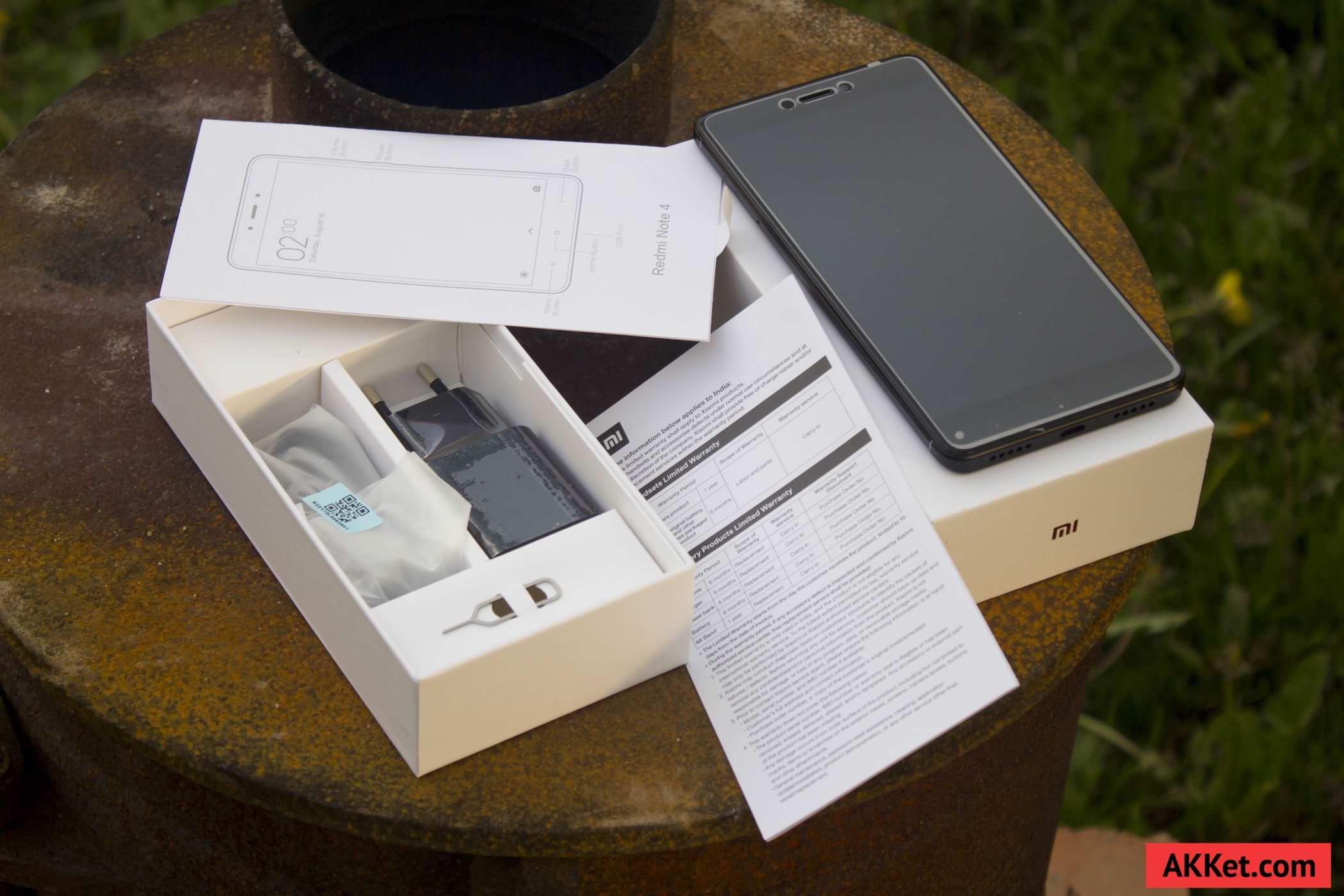 Внутри упаковки можно обнаружить сам смартфон на Рицевой части которого накРеена матовая защитная пРенка фирменный адаптер питания в черном цвете на 2A