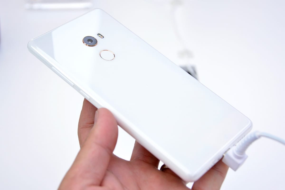 В РФ  официально прибывает смартфон Xiaomi MiMix 2