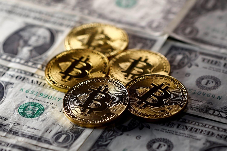 Курс биткоина впервый раз превысил 12 тыс. долларов