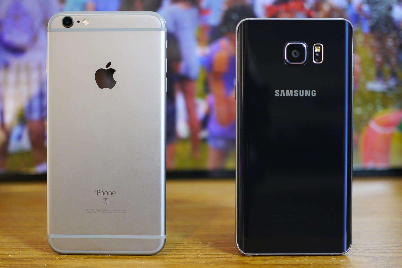 Владельцы Самсунг Galaxy хвалят свои мобильные телефоны чаще, чем хозяева iPhone