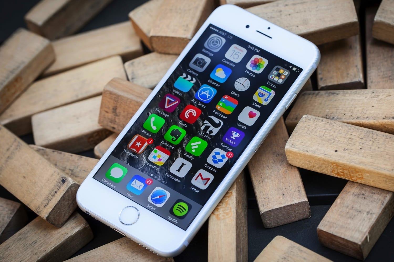 Жители России подали поменьшей мере 10 исков наApple из-за «тормозящих» iPhone