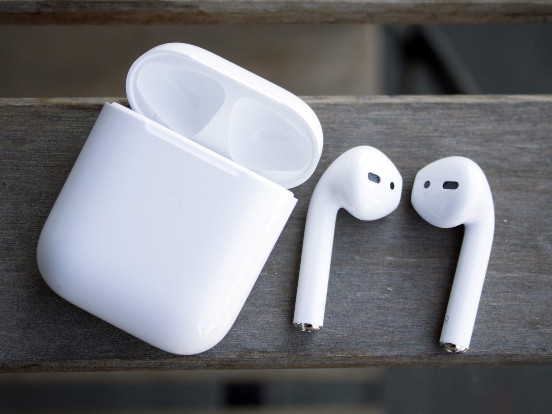 Apple делает водостойкие наушники AirPods 2 споддержкой Siri