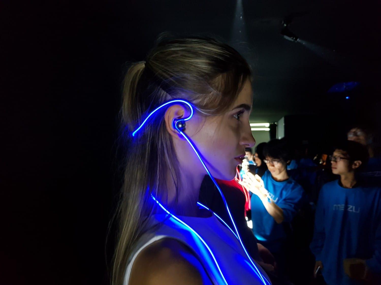 Meizu показала Bluetooth-наушники сподсветкой