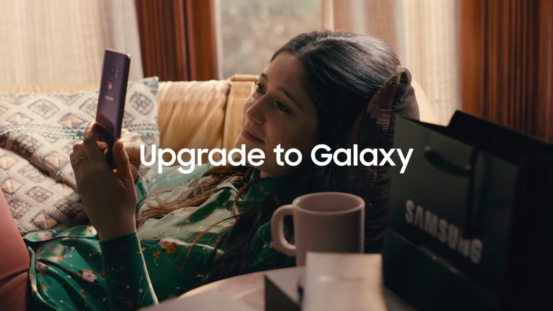 В новейшей  рекламе Самсунг  высмеял Apple зазамедление старых iPhone