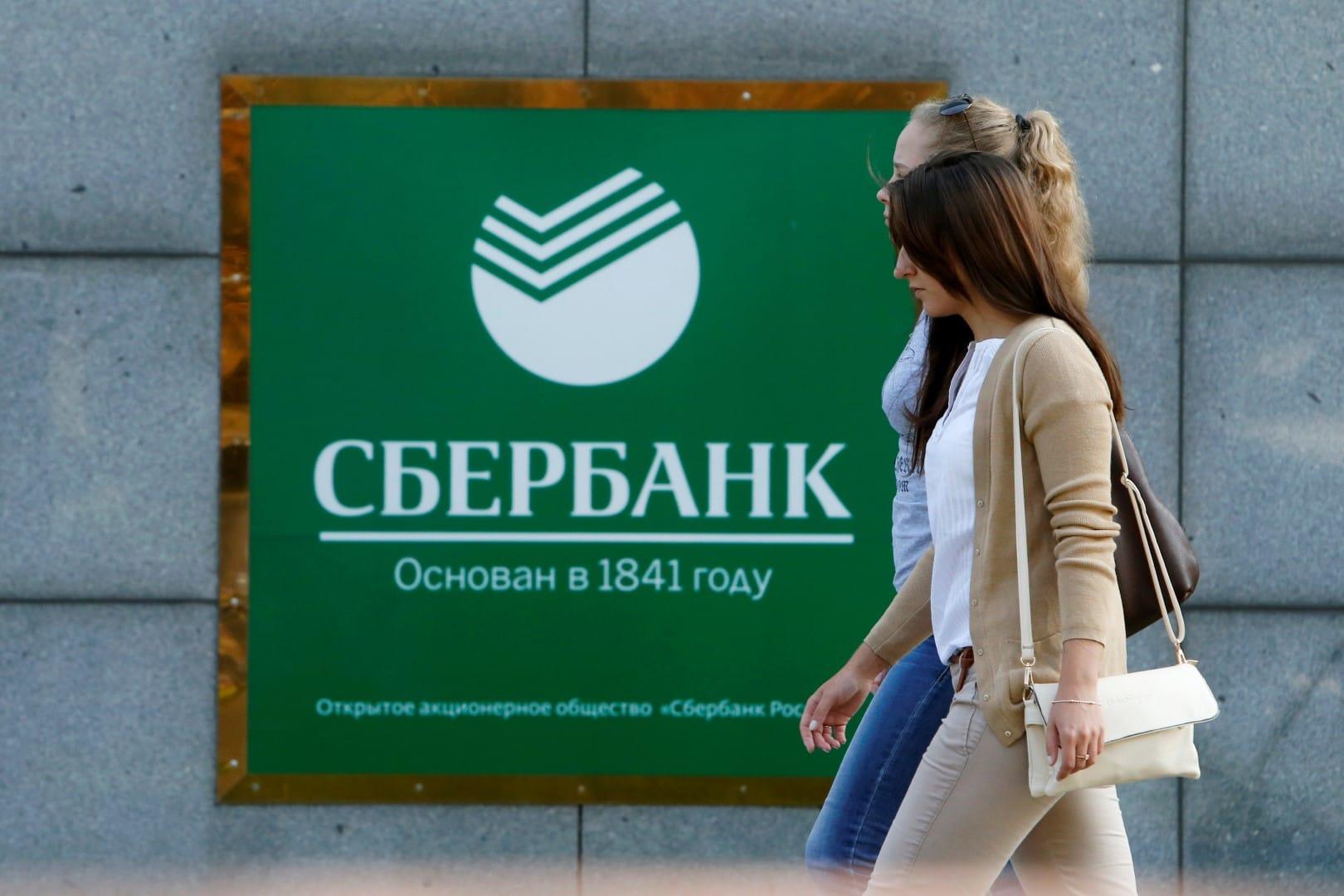 Жители России снимают доллары сбанковских счетов, испугавшись санкций
