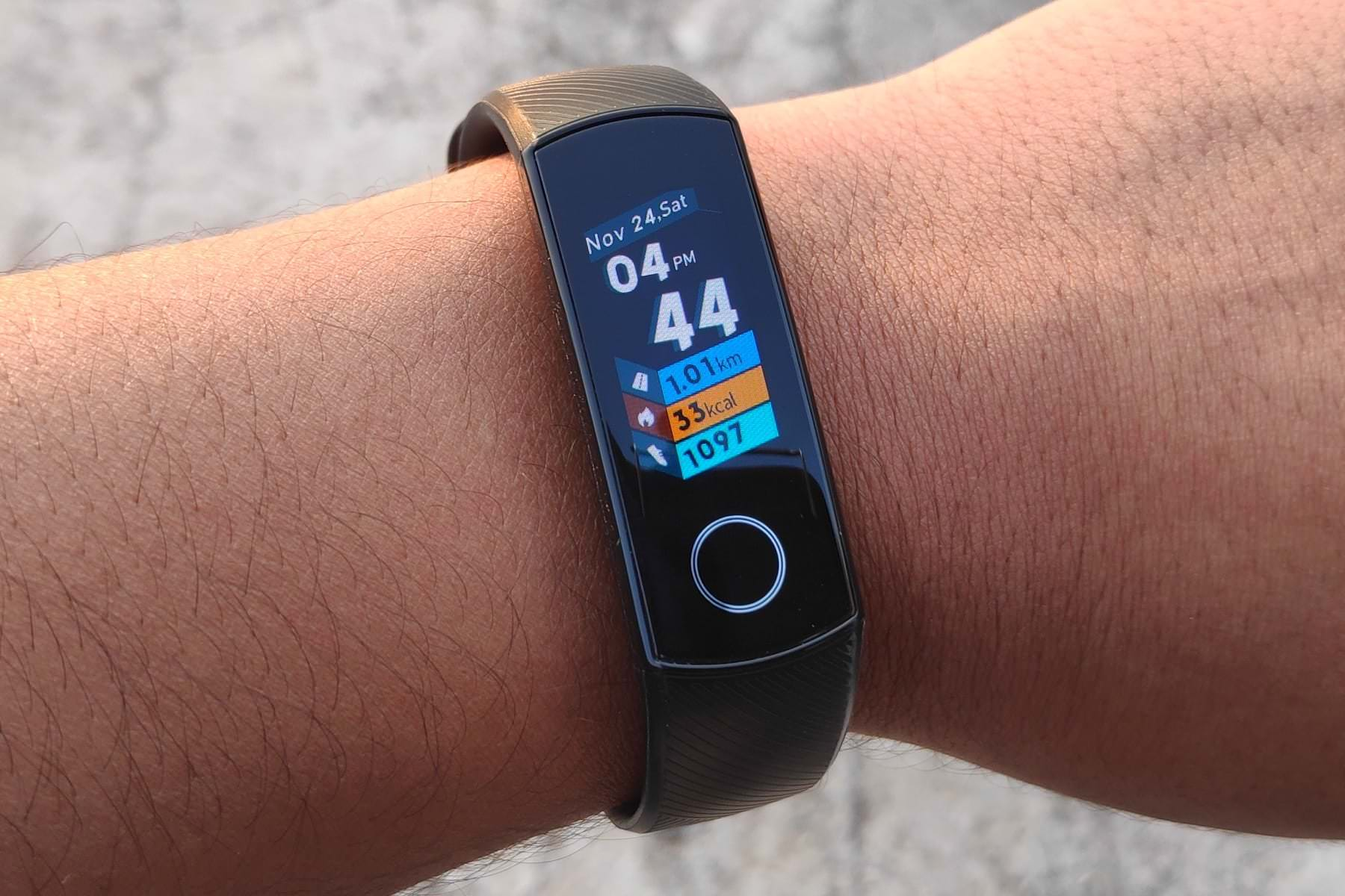 2cac877f77e The main features of Xiaomi Mi Band 4 make everyone jump with joy