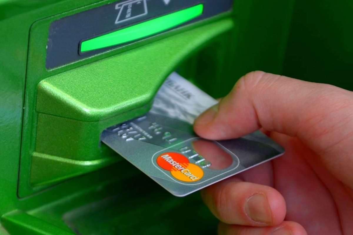 «Сбербанк» назвал главную ошибку, которую совершают все владельцы банковских карт
