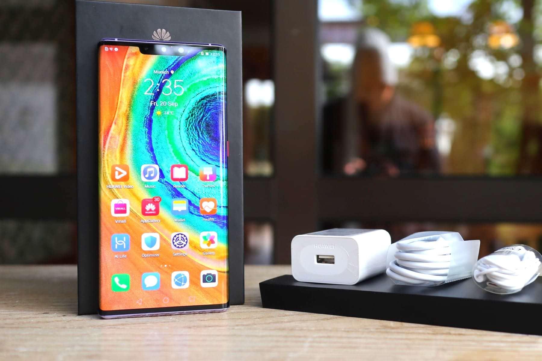 Huawei выплатит деньги всем владельцам фирменных смартфонов