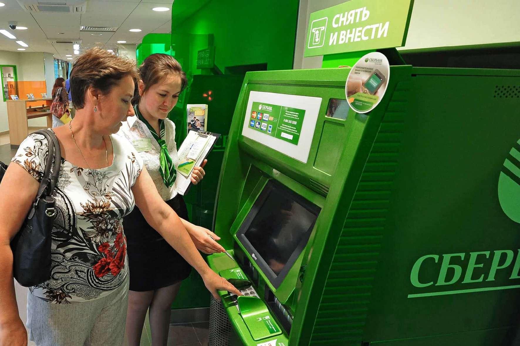 «Сбербанк» установил единый налог 1% за снятие наличных в банкоматах