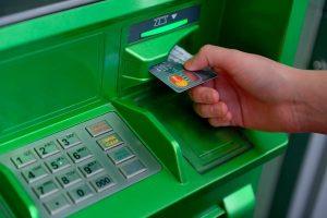 «Сбербанк» ввел единый для всех налог 1% за снятие денег с банковских карт